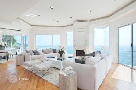 Luxury 4 bedroom houses for sale in North America. Villa on the shores of the Pacific Ocean in Malibu