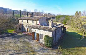 Houses with pools for sale in Umbria. Country house with swimming pool and park in Todi