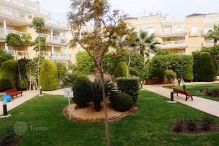 Cheap 2 bedroom apartments for sale in Dehesa de Campoamor. 2 bedroom apartment in a beachfront complex with communal pool and green areas in Campoamor, Orihuela Costa