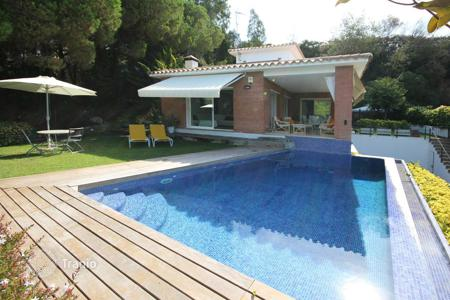 Houses with pools for sale in Costa del Maresme. Comfortable, practical and bright house in Cabrils, Barcelona coast