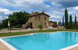 Houses with pools for sale in Castiglione D'orcia. Villa in Siena, Italy