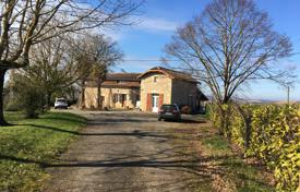 5 bedroom houses for sale in Gers. Spacious villa with a natural stone facade, with a terrace and a beautiful garden, Gers, France
