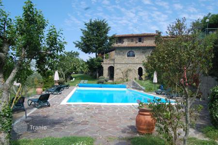 Property for sale in Gaiole In Chianti. Farmhouse with pool in Gaiole in Chianti