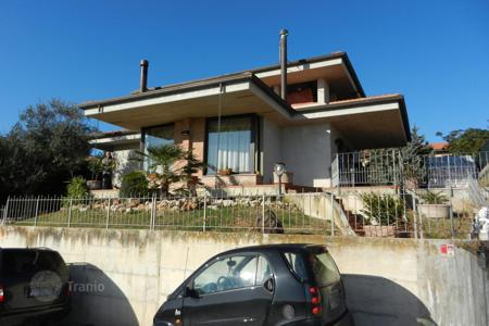 4 bedroom houses for sale in Marche. The three-storyed house in a good condition in the city of Mondolfo