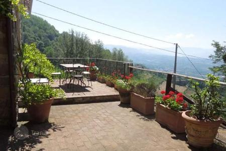 Property for sale in Barga. Villa – Barga, Tuscany, Italy