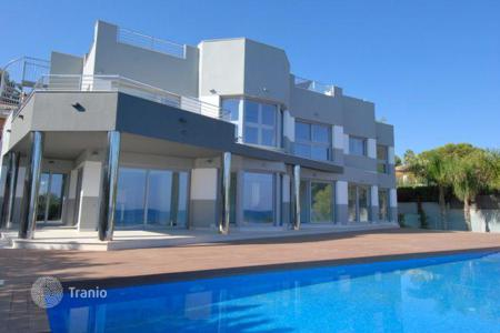 Houses with pools by the sea for sale in Calpe. New, modern villa by the sea, with garden, swimming pool and parking, in Calpe, Alicante
