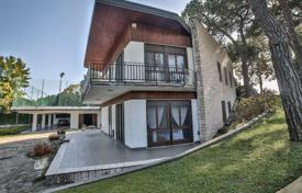Residential for sale in Peschiera del Garda. Villa with boat dock and access to the lake