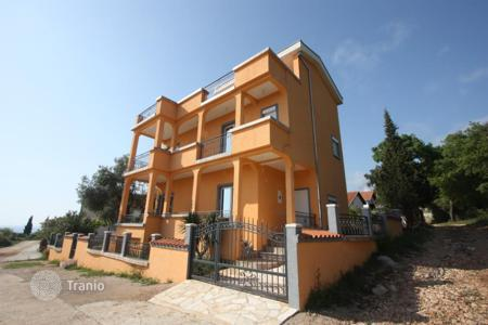 4 bedroom houses by the sea for sale in Utjeha-Bušat. Big house with two apartments, overlooking the sea in Solace