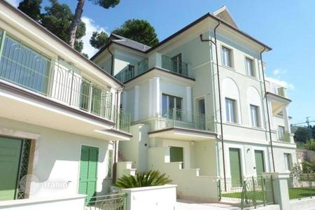 1 bedroom apartments for sale in Alassio. One-bedroom apartment with a terrace, a garden and a view of the sea, in a historic villa, at 500 meters from the beach, Alassio, Italy