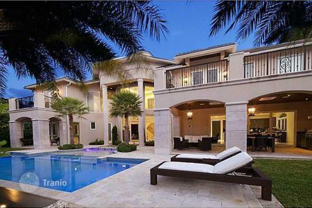 Luxury houses with pools for sale in North America. Luxury residence in Fort Lauderdale, Florida, USA