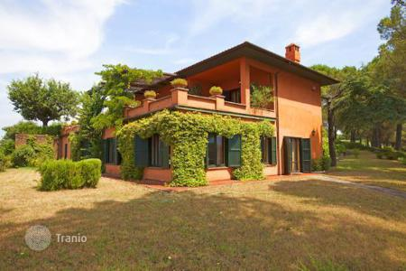 Residential for sale in Otricoli. Nestled in the Umbrian hills with splendid panoramic views, we offer for sale this prestigious country villa