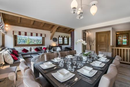 Chalets for rent in Megeve. Renovated chalet in Megeve, France. House for 10 people, with lounges and a garage, at 70 meters from the slope