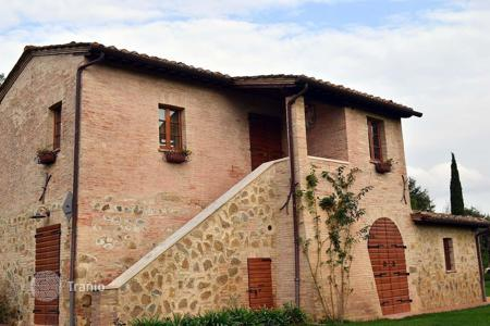 Houses with pools for sale in Tuscany. A beautiful, fully renovated house in traditional Tuscan style with views of Montepulciano and a panoramic swimming pool