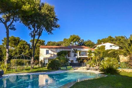 Luxury houses with pools for sale in Nice. Modern villa with tennis court and panoramic sea views in Mont Vinaigrier
