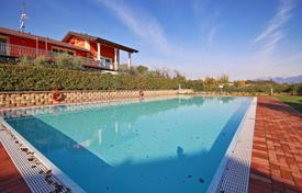 Townhouses for sale in Lombardy. Terraced house with pool in Desenzano del Garda