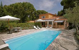 4 bedroom houses by the sea for sale in Villefranche-sur-Mer. Comfortable villa with a pool, a veranda, a terrace and a garden, Villefranche-sur-Mer, France
