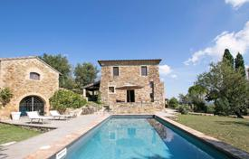 Property for sale in Umbria. Farmhouse with swimming pool located near Lake Trasimeno in Umbria