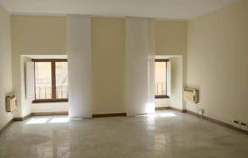 4 bedroom apartments for sale in Tuscany. Eight-room apartment in the historical center of Siena, Tuscany, Italy