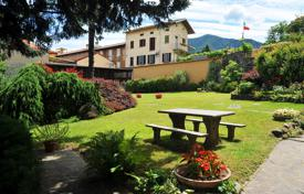 Residential for sale in Porto Valtravaglia. Historical mansion with a terrace, a beautiful garden and a views of the mountains and the lake, Porto Valtavaglia, Italy