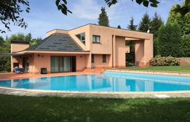 Property for sale in Cantù. Charming modern villa with indoor and outdoor swimming pool in a green and quiet location, close to the centre of Cantù