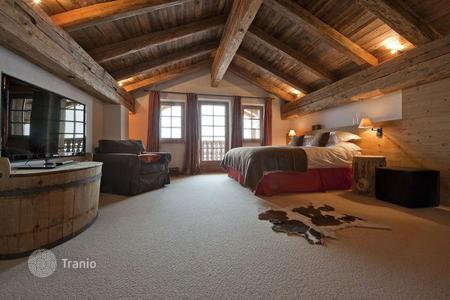 Apartments to rent in St. Anton am Arlberg. The chalet with 5 bedrooms and private bathrooms, a living room, a balcony, a hot tub, St Anton, Austria