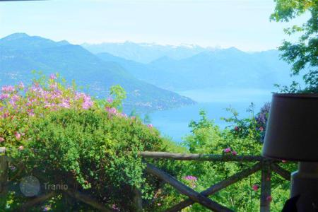 1 bedroom houses for sale in Italy. Lake Maggiore. A delightful detached 4 bedroom house with stunning lake views