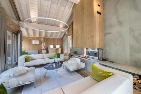 5 bedroom villas and houses to rent in Courchevel. Modern chalet with a hammam, a jacuzzi, a terrace and a cinema, in a quiet district, near the center of the town, Courchevel, France