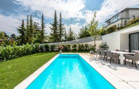 Houses for sale in Austria. New spacious villa with a pool, a garden and a parking in Döbling, Vienna
