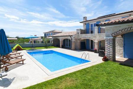 Houses with pools by the sea for sale in Medulin. Villa – Medulin, Istria County, Croatia
