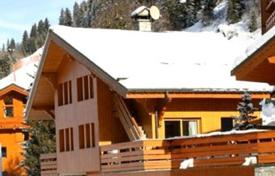 4 bedroom villas and houses to rent in Auvergne-Rhône-Alpes. Ski-in/ski-out chalet with private parking in the ski resort of Meribel, France