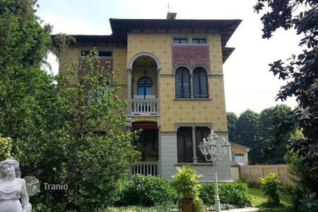 Houses with pools for sale in Lombardy. ANCIENT VILLA OF GREAT CHARME CLOSE TO PAVIA