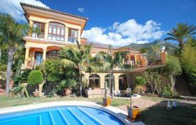 Houses with pools by the sea for sale in Malaga. Villa for sale in Cascada de Camojan, Marbella Golden Mile