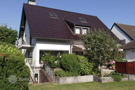 4 bedroom houses for sale in North Rhine-Westphalia. Quiet spacious house in the center of Porz