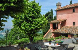Luxury houses with pools for sale in Tuscany. Exclusive farmhouse for sale in Tuscany. The property, 440 m² in size, includes a stone farmhouse (380 sqm) and an outbuilding (60 sqm).