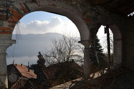 4 bedroom houses for sale in Piedmont. Old stone house on the shores of Lake 'Orta, to be restored