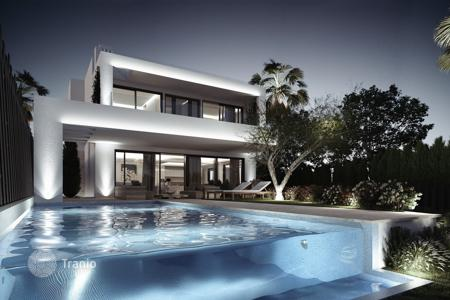 Luxury 6 bedroom houses for sale in Andalusia. Villa for sale in Altos de Puente Romano, Marbella Golden Mile