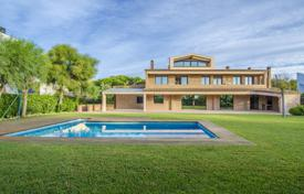 Luxury residential for sale in Costa del Garraf. Luxury villa with a pool and a garden, first line from the sea, Gava Mar, Spain