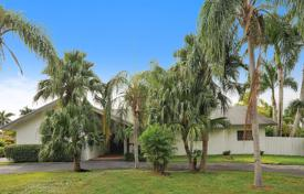 4 bedroom houses for sale in North America. Cozy house with a swimming pool, a garden and a parking in Miami, Florida