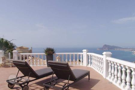 6 bedroom houses for sale in Valencia. Villa of 6 bedrooms boasting a huge terrace with pool area in Altea