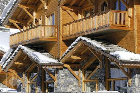 Villas and houses to rent in Val d'Isere. Piste side chalet with Jacuzzi and mountain view, in a popular ski resort with spa facilities, in Val d`Izer, France