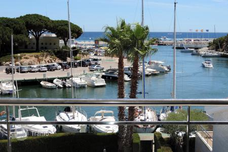 Apartments with pools by the sea for sale in Costa Brava. Bright corner apartment overlooking the marina. Spacious, well finished and full of light. Gorgeous views!