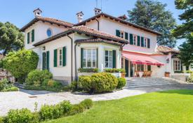 Luxury houses with pools for sale in Veneto. Spectacular villa with garden with ancient trees and elegant pool overlooking the hills of Vicenza
