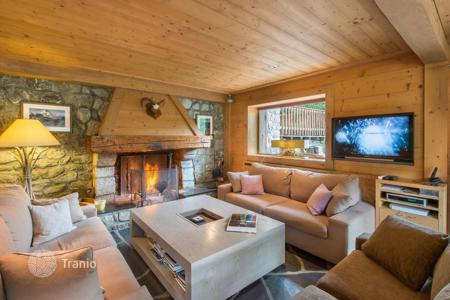 Chalets for rent in Meribel. Three-storey chalet with balconies and terraces with panoramic mountain view, near the slopes, Meribel, France