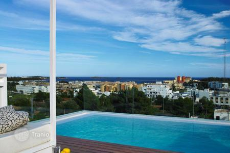 5 bedroom houses by the sea for sale in Santa Eularia des Riu. Five bedrooms villa in Santa Eulalia