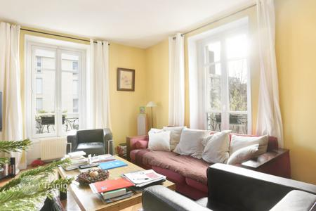 Luxury 5 bedroom apartments for sale in France. Neuilly-sur-Seine. A split-level apartment located in a private street