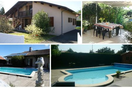 Cheap houses with pools for sale in France. Villa – Aquitaine, France