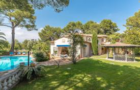 Luxury houses with pools for sale in Mougins. Mougins - In a residential Domain