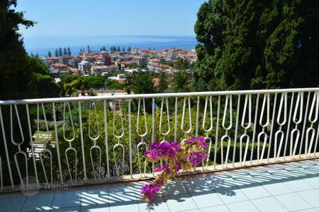 Coastal property for sale in Liguria. Villa with view of the sea and the town of Bordighera, short walk from the beach