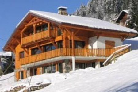 Villas and houses to rent in Morzine. A spacious chalet with 4 large bedrooms and bathrooms, a balcony, a living room with a fireplace, parking, Morzine, France