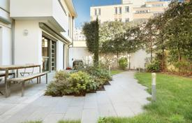 Luxury houses for sale in Ile-de-France. Paris 19th District – A contemporary property with a garden